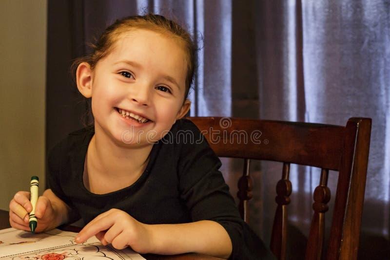 Anstrich des kleinen Mädchens stockfotografie