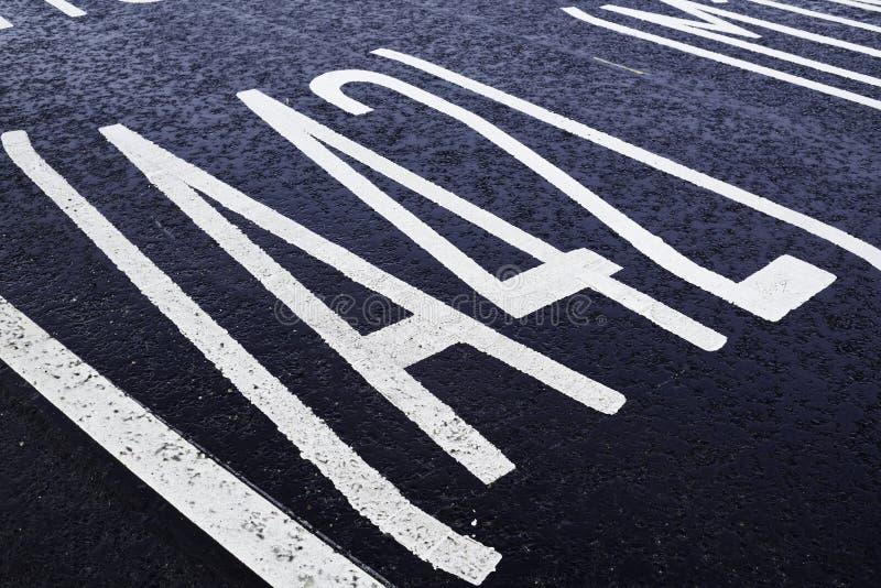 Anstrichene Straßenmarkierungen auf der Tarmac-Oberfläche lizenzfreies stockbild