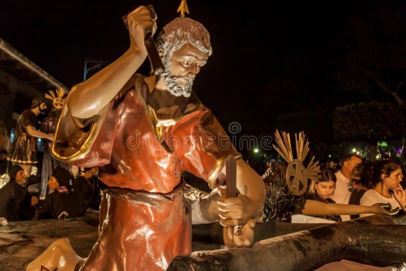 ANTÍGUA, GUATEMALA - 25 DE MARÇO DE 2016: Grande flutuador levado pelos participantes da procissão no Sexta-feira Santa em Antígu fotografia de stock royalty free