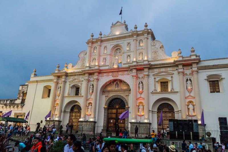 ANTÍGUA, GUATEMALA - 25 DE MARÇO DE 2016: Multidões de povos na frente da catedral de San Jose no quadrado do prefeito da plaza e fotos de stock