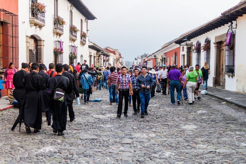 ANTÍGUA, GUATEMALA - 25 DE MARÇO DE 2016: Multidões de povos na rua na cidade da Guatemala de Antígua, Guatemal fotografia de stock royalty free
