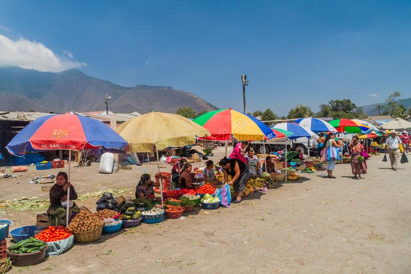 ANTÍGUA, GUATEMALA - 26 DE MARÇO DE 2016: Tendas vegetais em um mercado local da cidade da Guatemala de Antígua, Guatemal fotografia de stock