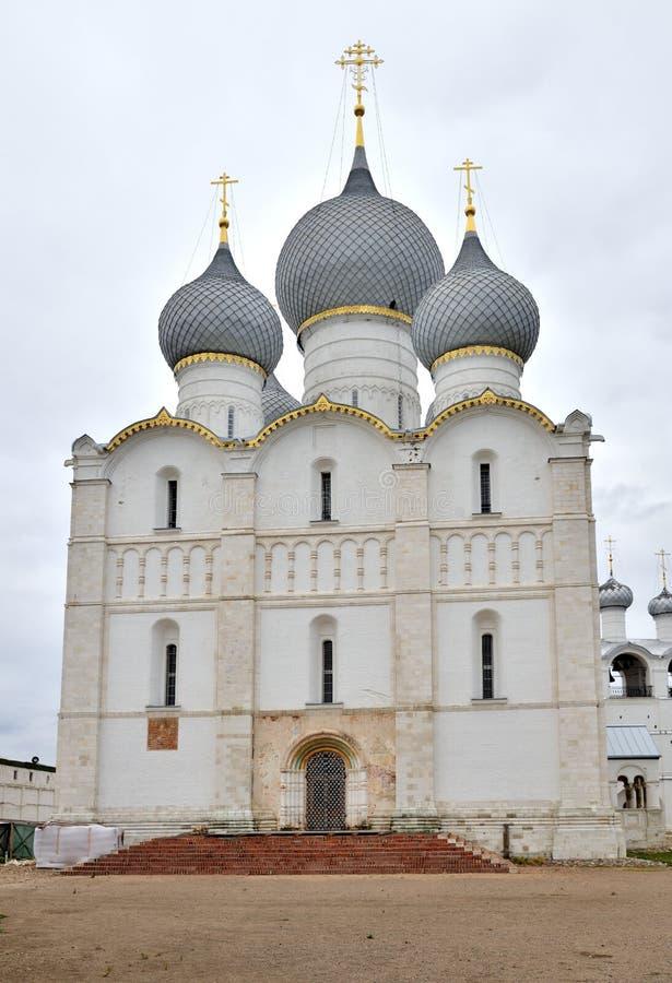 Antagandedomkyrka i den Rostov Kreml, Rostov, en av den äldsta staden och den turist- mitten av den guld- cirkeln, Yaroslavl regi royaltyfria foton
