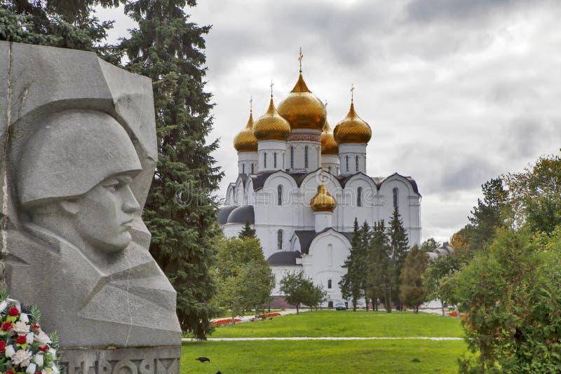 Antagandedomkyrka och krigminnesmärken i Yaroslavl, Ryssland guld- cirkel russia royaltyfria foton