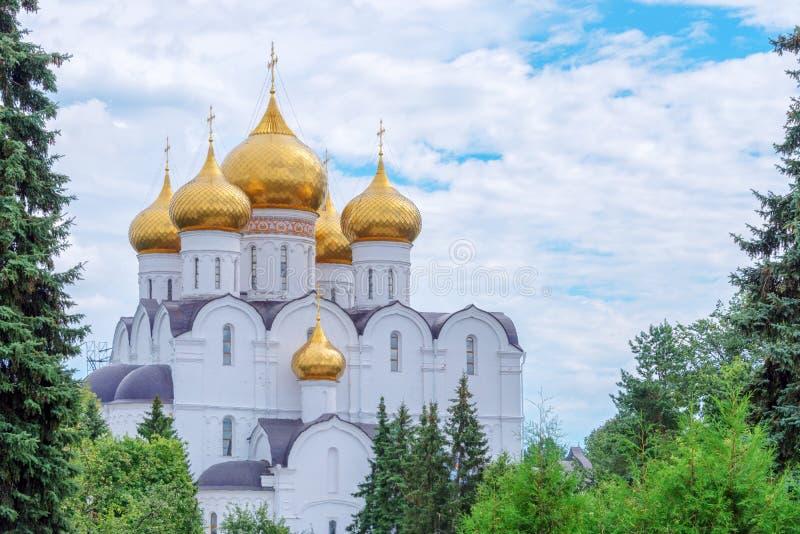 Antagandedomkyrka, Yaroslavl, guld- cirkel, Ryssland royaltyfri bild