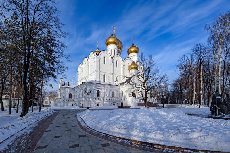 Antagandedomkyrka, Yaroslavl, guld- cirkel, Ryssland fotografering för bildbyråer