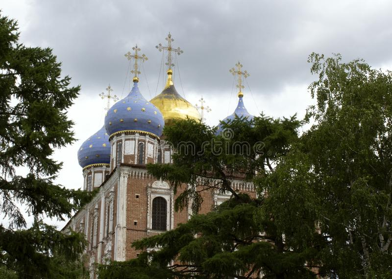 Antagandedomkyrkan lokaliseras i den Ryazan Kreml, Ryssland royaltyfria foton