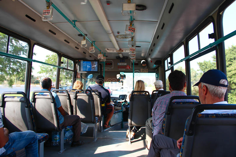 ANTALYA, ΤΟΥΡΚΙΑ - 8 Αυγούστου 2012, άποψη από μέσα από το λεωφορείο με τους επιβάτες , στις 8 Αυγούστου 2012 σε ANTALYA, ΤΟΥΡΚΊΑ στοκ φωτογραφία με δικαίωμα ελεύθερης χρήσης