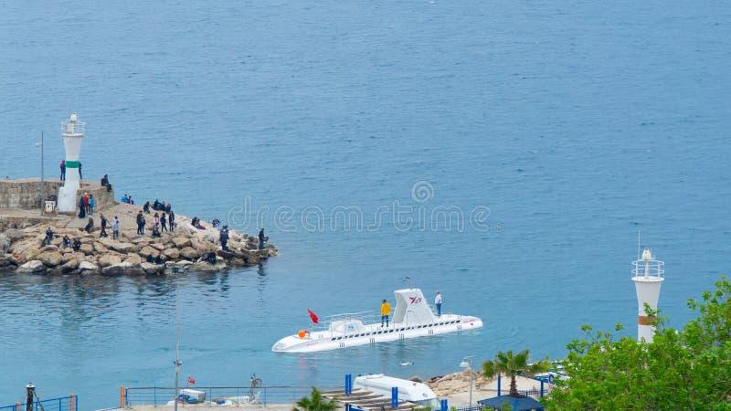 Antalya, die Türkei - 6. April 2019: Kleines Zivilunterseeboot, das Yachthafen verlässt stockfotografie