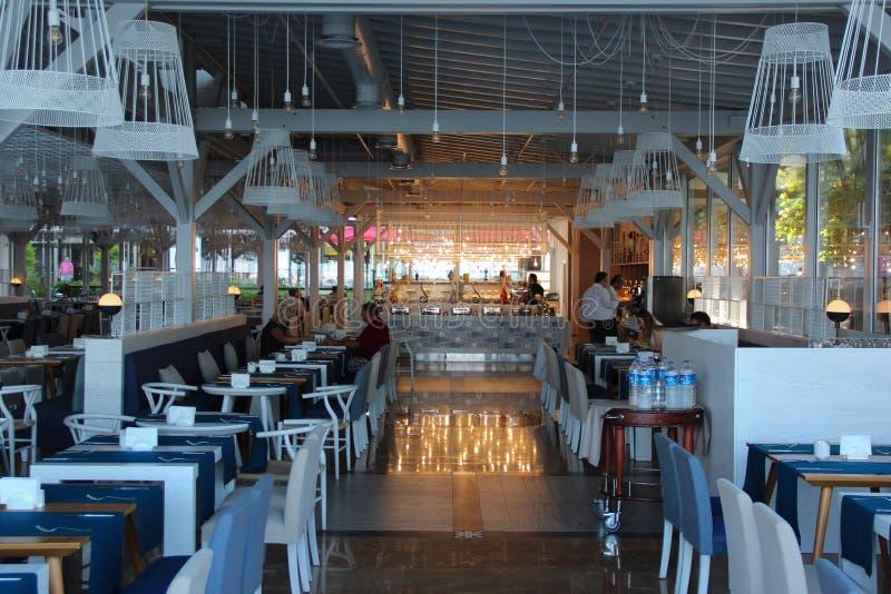 Antalya, die Türkei 6. Juni 2017: Das Restaurant an der Ramada-Piazza Hotel mit fünf Sternen, Morgen, leere Tabellen lizenzfreie stockfotografie