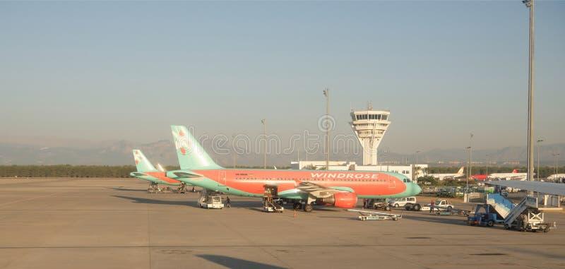 Antalya-Flughafen, die Türkei, früh morgens Arbeitskraftaufschlagsluft lizenzfreies stockbild