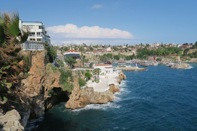 Antalya-Kaleici: Beherbergten Sie und die alten Stadtmauern mit dem Mediterranian-Meer, in der Türkei stockfoto