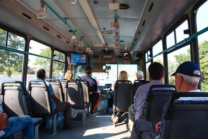 ANTALYA TURCJA, Aug, - 8 2012, widok z wewnątrz autobusu z pasażerami , na Aug 8 2012 w ANTALYA, TURCJA fotografia royalty free