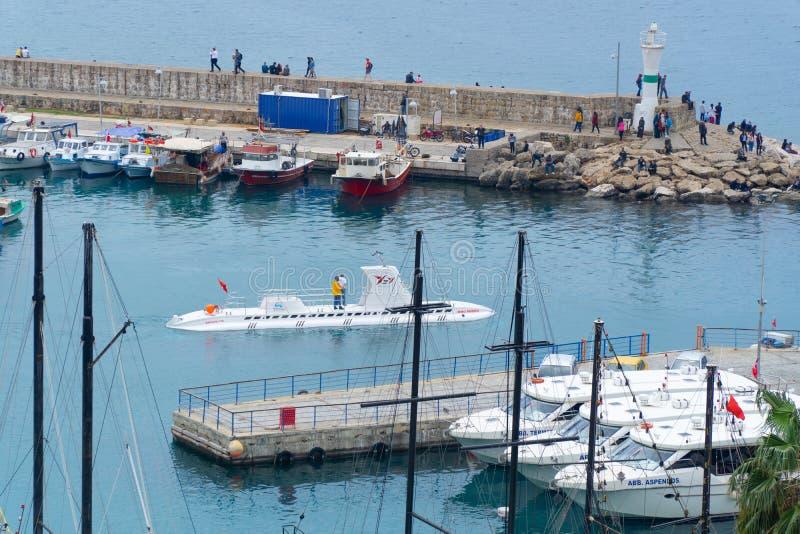 Antalya, Turkije - 6 April 2019: Kleine burgerlijke onderzeese het weggaan jachthaven royalty-vrije stock fotografie