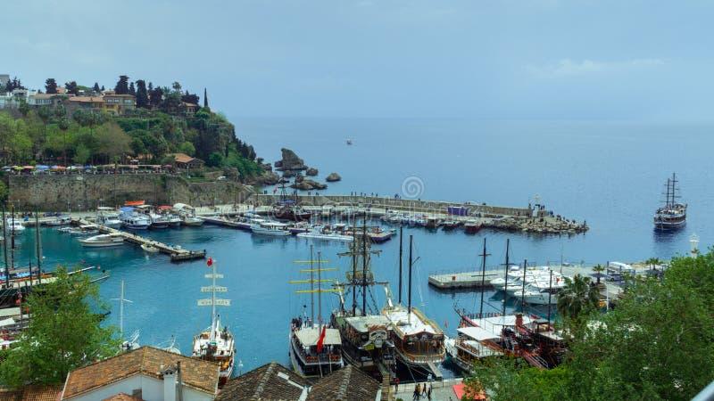 Antalya, Turkije - 6 April 2019: Stadshaven met jachtverkeer royalty-vrije stock fotografie