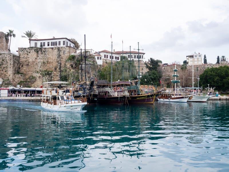 Antalya, Turkije - Februari 22, 2019: De jachten legden bij de pijler in de haven in Oude Stad Kaleici in Antalya vast stock fotografie