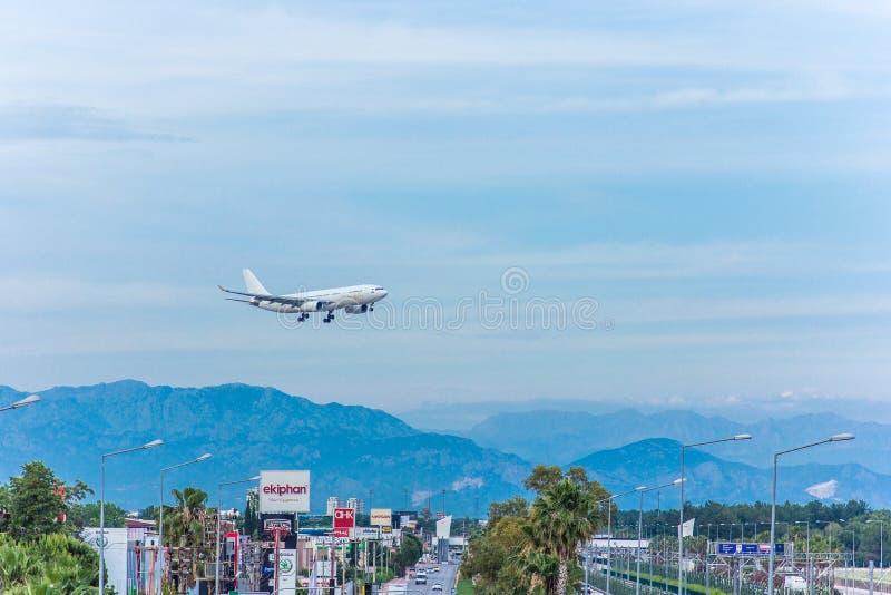 Antalya, Turkije -18 Mei 2018; De internationale Antalya-Luchthaven het passagiersvliegtuig landt Antalya Turkije stock foto's