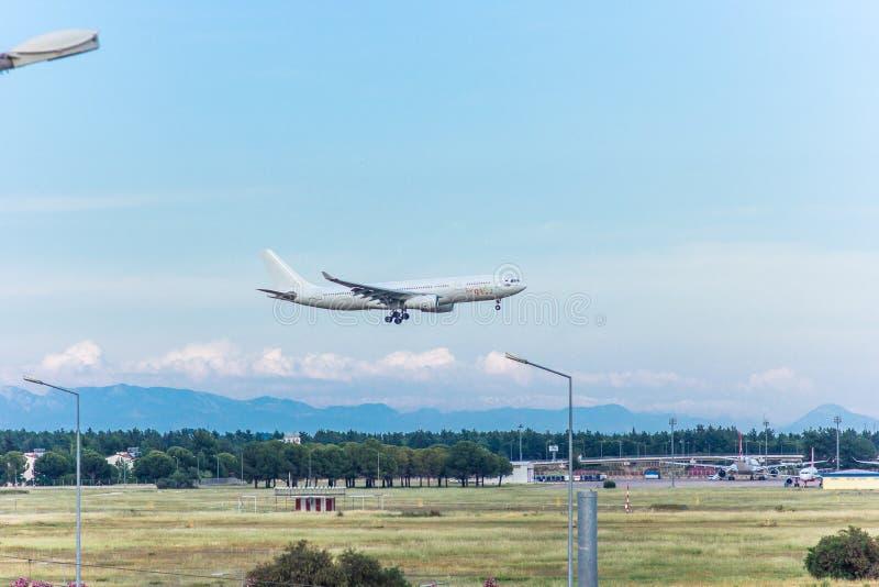 Antalya, Turkije -18 Mei 2018; De internationale Antalya-Luchthaven het passagiersvliegtuig landt Antalya Turkije royalty-vrije stock afbeeldingen