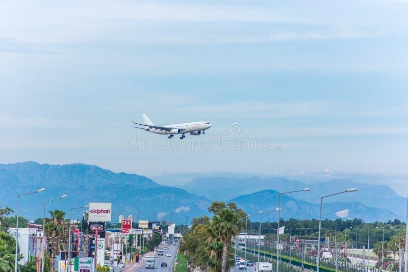 Antalya, Turkije -18 Mei 2018; De internationale Antalya-Luchthaven het passagiersvliegtuig landt Antalya Turkije stock foto