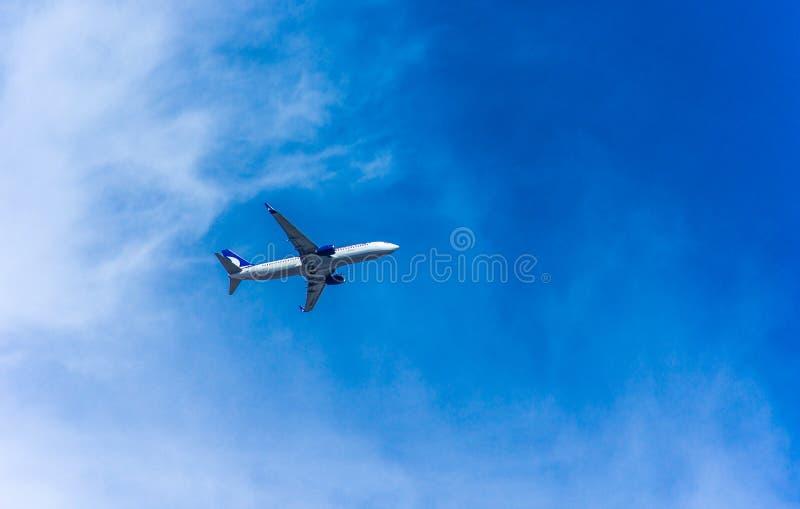 Antalya, Turkije -17 Mei 2018; Het internationale Antalya-vliegtuig van de Luchthavenpassagier in blauwe hemel Antalya Turkije stock foto
