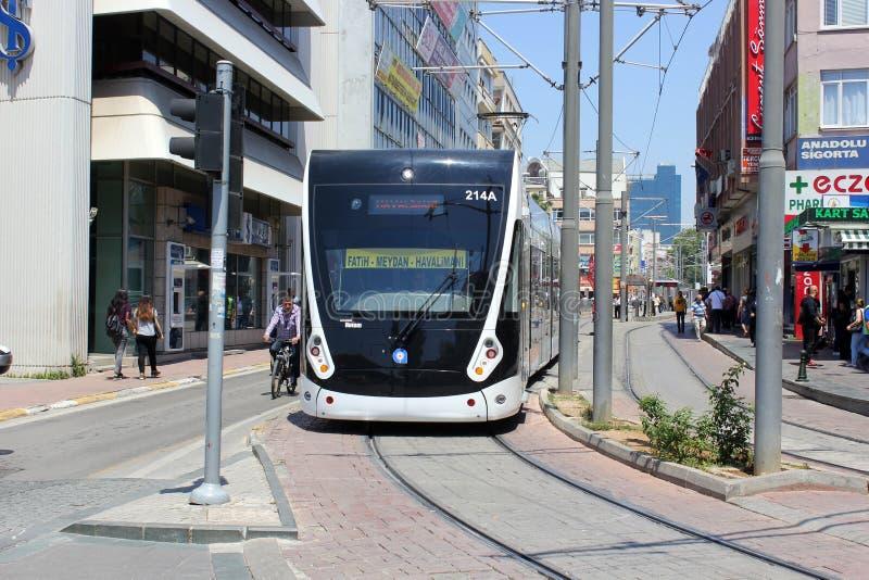 Antalya, Turkije - Mei 26, 2017: Moderne tram op de stadsstraat stock foto