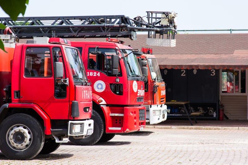 Antalya, TURKIJE - 17 MEI, 2018: Rode firetruck met reddingsladder die zich op de straat van de stad dichtbij firehouse bevinden stock foto's