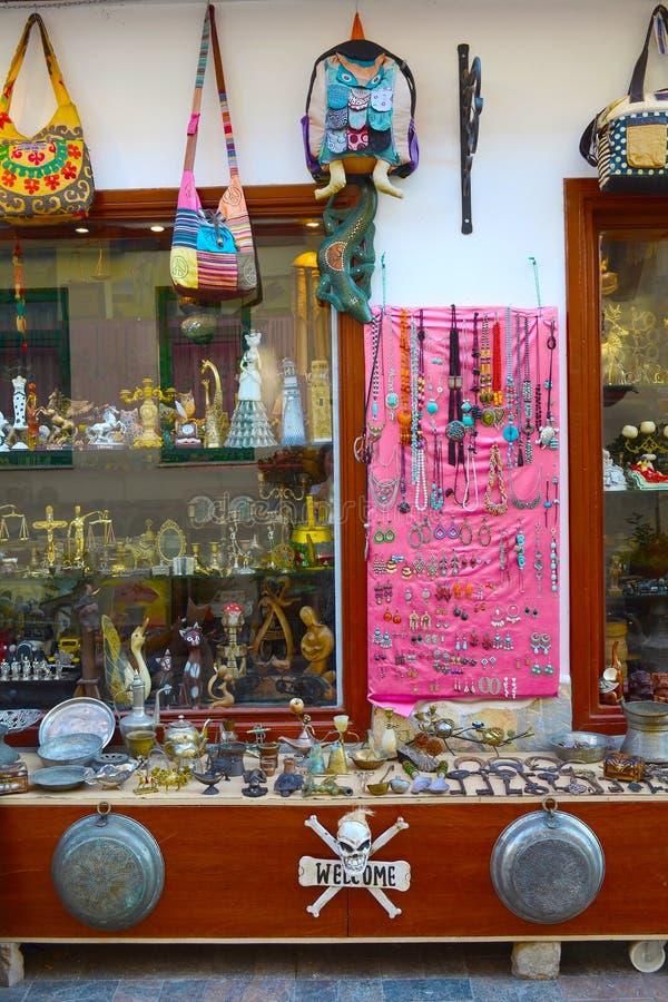 Antalya, Turquía 14 de mayo de 2018 Escaparate de una tienda de regalos turca imagen de archivo libre de regalías