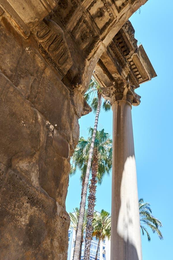ANTALYA, TURQUÍA - 21 DE MAYO DE 2017: Famoso punto de referencia - Puerta antigua - Puerta de Adrián\ del casco antiguo de Kalei imagen de archivo libre de regalías