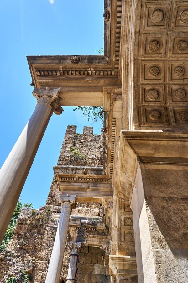 ANTALYA, TURQUÍA - 21 DE MAYO DE 2017: Famoso punto de referencia - Puerta antigua - Puerta de Adrián\ del casco antiguo de Kalei imagen de archivo