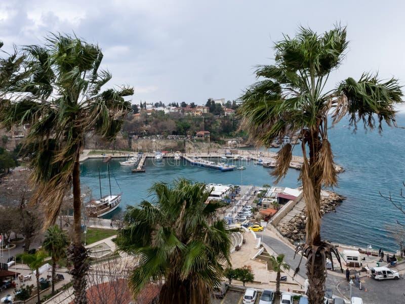 Antalya, Turquia - 22 de fevereiro de 2019: Iate no cais no porto na cidade velha Kaleici em Antalya fotografia de stock