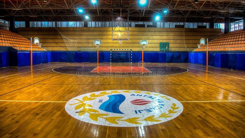 Antalya, Turquia - 17 de outubro de 2013: Arena vazia do basquetebol foto de stock royalty free