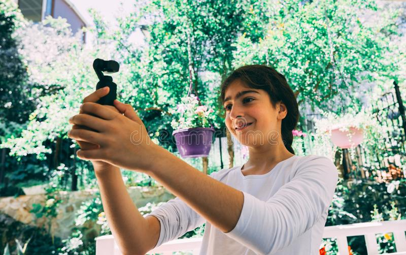 Antalya, Turquie - 12 mai 2019 : Peu fille tenant DJI Osmo Pocket photo libre de droits