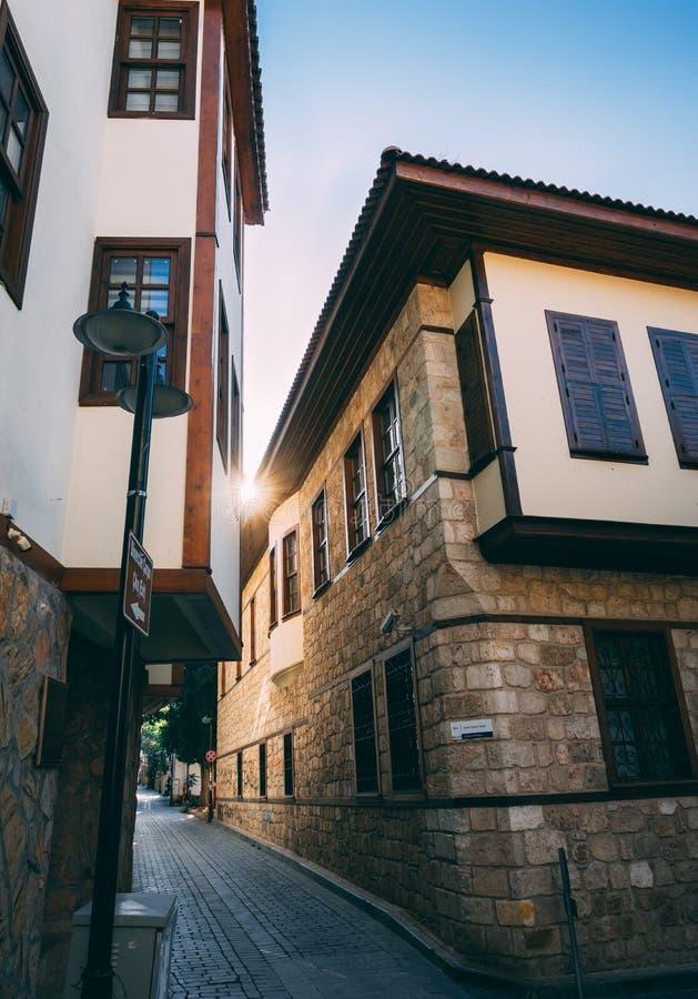 Antalya, Turquie - 25 novembre 2018 : Rue étroite typique dans la plupart de vieille ville visitée photos stock