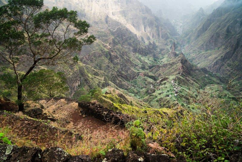 antao??santo verde 带领在山之间的供徒步旅行的小道道路入与风景印象深刻的风景的Xo-Xo谷 库存图片