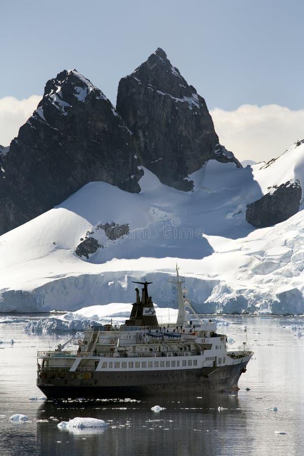 Antarctica - de Baai van het Paradijs - het Schip van de Cruise royalty-vrije stock afbeeldingen