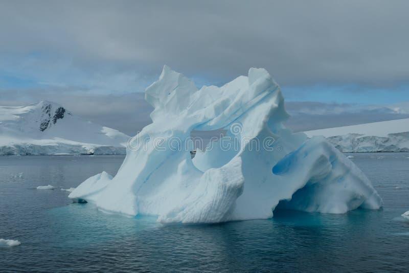 Antarctica góry lodowej sztuki unikalna błękitna tekstura pod chmurnym niebem g obrazy stock