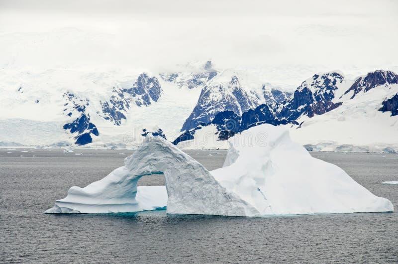Antarctica - pinakiel Kształtna góra lodowa zdjęcie stock