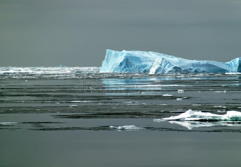 antarcticisbergsolljus arkivbilder