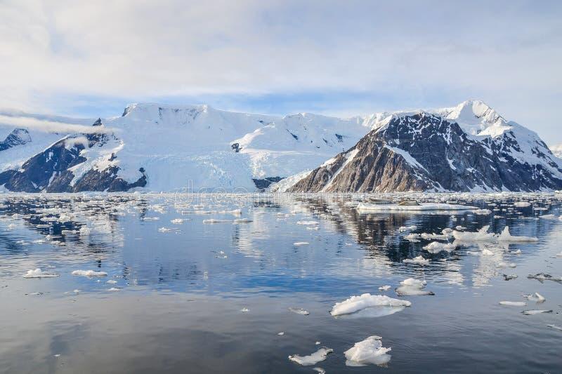 Antarctische bergen onder het water royalty-vrije stock foto