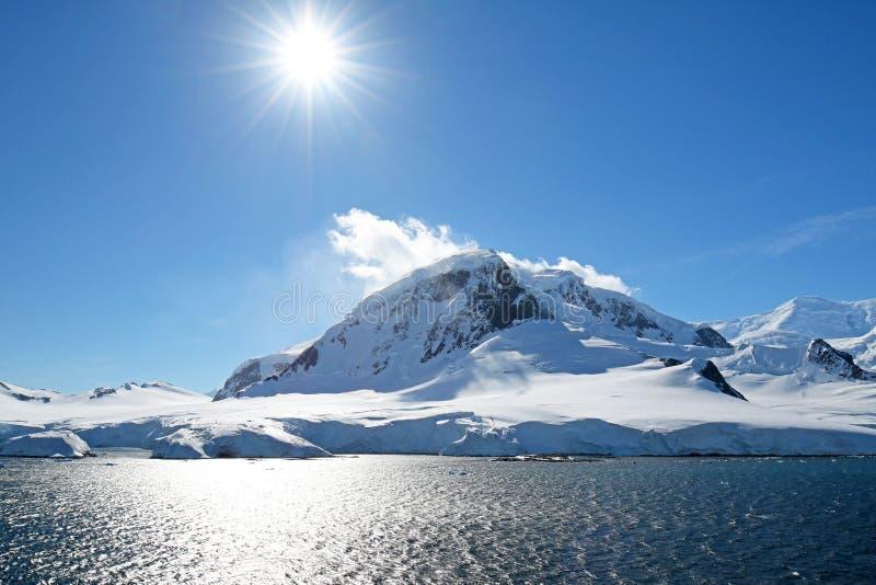 Antarctische oceaan, Antarctica Gletsjersneeuw Behandelde Berg Blauwe hemelachtergrond stock afbeeldingen