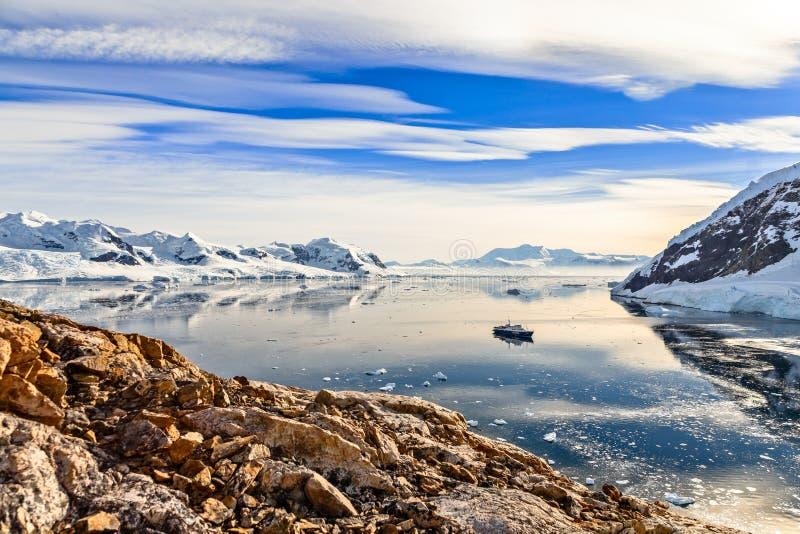 Antarktische Berglandschaft mit dem Kreuzschiff, das noch herein steht lizenzfreie stockfotos
