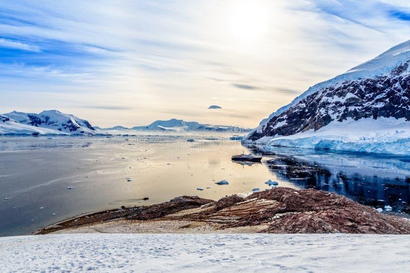Antarktische Berglandschaft mit dem Kreuzschiff, das noch an steht stockfotos