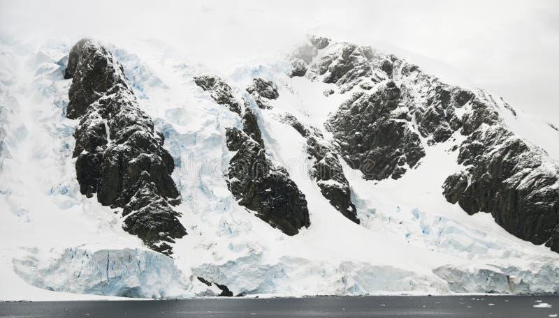 Antarktische Glazial- Ufer lizenzfreies stockbild