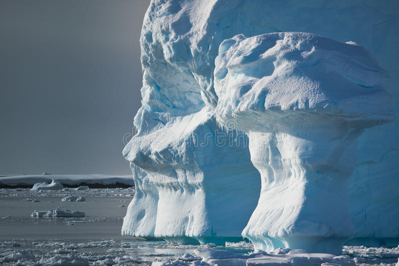 Antarktischer Eisberg lizenzfreies stockbild