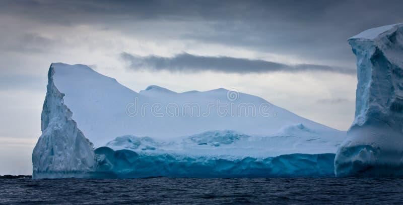 Antarktischer Eisberg lizenzfreie stockfotos
