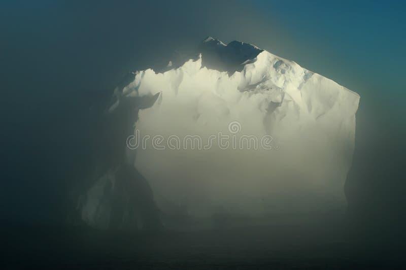 Antarktischer Eisberg in den Morgennebeln lizenzfreie stockbilder