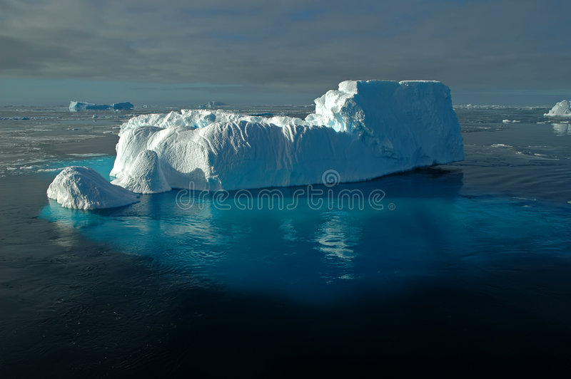 Antarktischer Eisberg mit Unterwassereis lizenzfreie stockfotografie