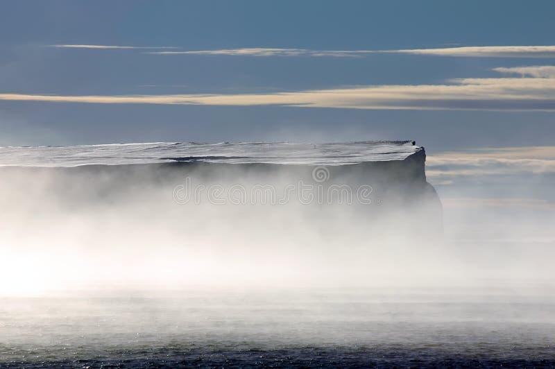Antarktischer Tabelleneisberg in den Morgennebeln stockfoto