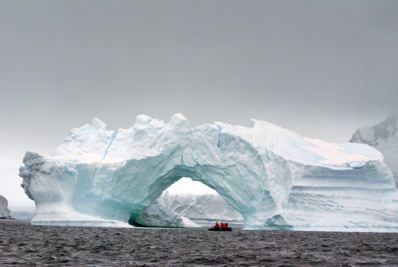 Antarktisk kryssninglansering vid ett välvt isberg Antarktis royaltyfri fotografi