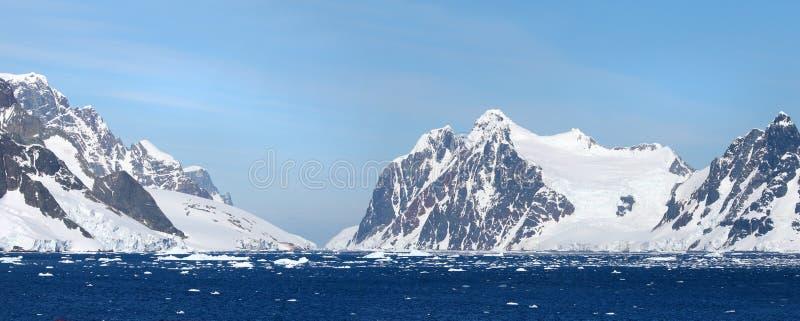 Antarktiskt hav, Antarktis Dolt berg för glaciärsnö blå dramatisk sky Pano för två foto häftklammer royaltyfri foto
